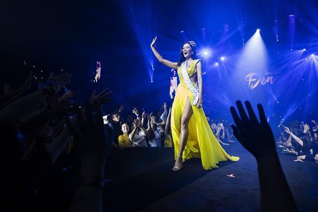 Hoa hậu H'Hen Niê trình diễn màn xoay váy kinh điển trong liveshow Đen Vâu - 6