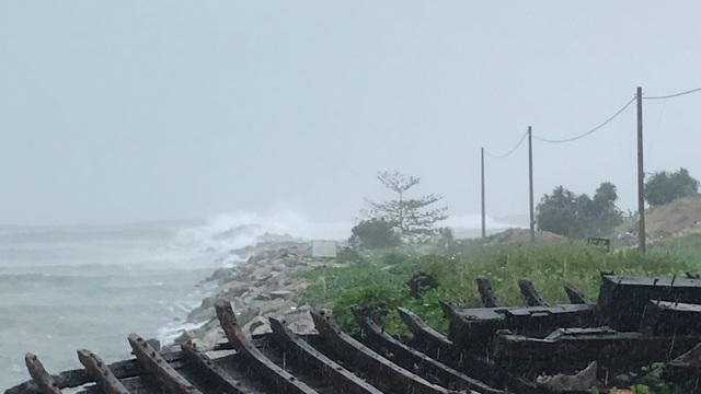 Quảng Ngãi đang mưa to gió mạnh, Phú Yên lo dân cố thủ giữ lồng bè - 1