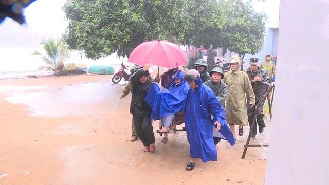 Quảng Ngãi đang mưa to gió mạnh, Phú Yên lo dân cố thủ giữ lồng bè - 2