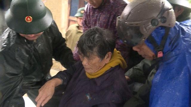 Quảng Ngãi đang mưa to gió mạnh, Phú Yên lo dân cố thủ giữ lồng bè - 3