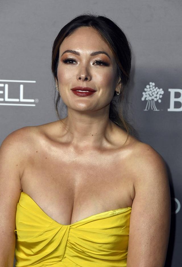 Lindsay Price khoe ngực căng đầy - 1