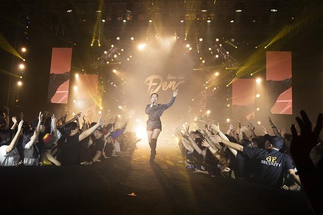 Hoa hậu H'Hen Niê trình diễn màn xoay váy kinh điển trong liveshow Đen Vâu - 10