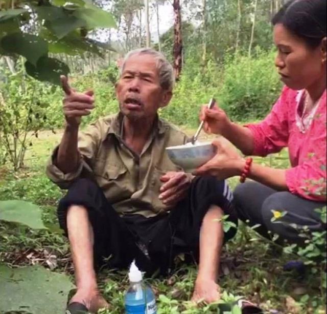 Hai mẹ con đem cơm lên núi bón cho cụ già đi lạc - 1