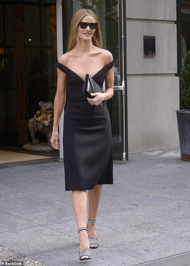 Rosie Huntington-Whiteley quyến rũ ra phố với váy trễ nải - 1