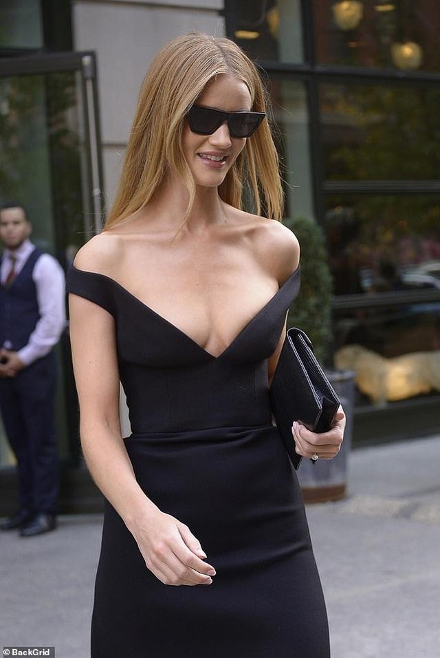 Rosie Huntington-Whiteley quyến rũ ra phố với váy trễ nải - 2
