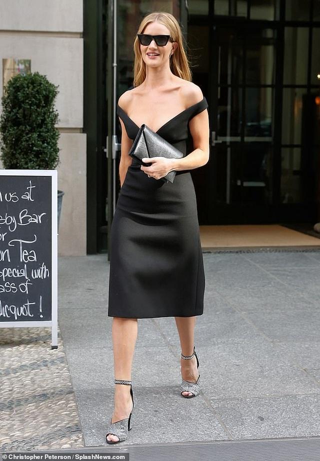 Rosie Huntington-Whiteley quyến rũ ra phố với váy trễ nải - 3