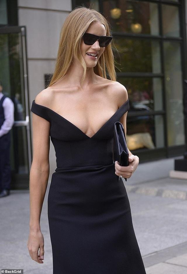 Rosie Huntington-Whiteley quyến rũ ra phố với váy trễ nải - 5