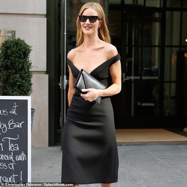 Rosie Huntington-Whiteley quyến rũ ra phố với váy trễ nải - 6