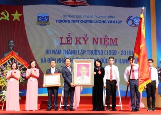 Trường THPT chuyên Lương Văn Tụy đón nhận Huân chương Độc lập hạng Nhì - 1