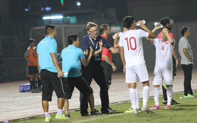 Khoảnh khắc cầu thủ và cổ động viên nín thở nhìn U19 Việt Nam giành vé dự giải châu Á - 2