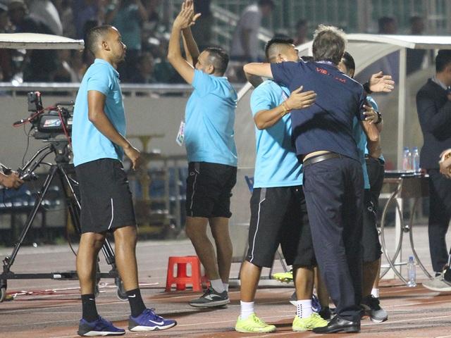 Khoảnh khắc cầu thủ và cổ động viên nín thở nhìn U19 Việt Nam giành vé dự giải châu Á - 13