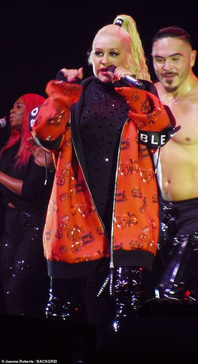 Christina Aguilera khoe dáng đẫy đà trên sân khấu - 8