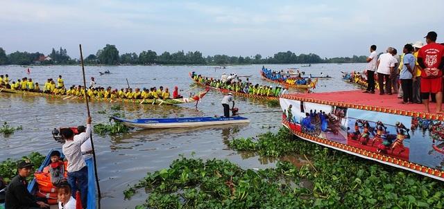 Hàng chục nghìn người dân đến xem đua ghe Ngo tại lễ hội Oóc Om Bóc - 2