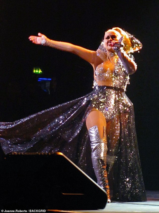 Christina Aguilera khoe dáng đẫy đà trên sân khấu - 4