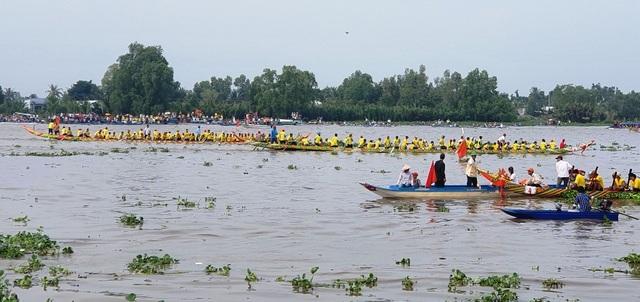 Hàng chục nghìn người dân đến xem đua ghe Ngo tại lễ hội Oóc Om Bóc - 3