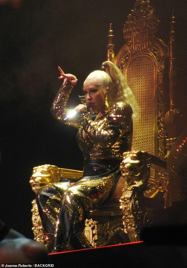 Christina Aguilera khoe dáng đẫy đà trên sân khấu - 6