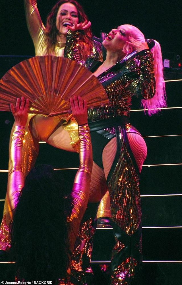 Christina Aguilera khoe dáng đẫy đà trên sân khấu - 1