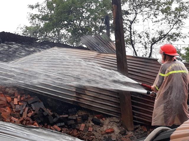 9 lò than bốc cháy ngùn ngụt trong cơn mưa lớn - 4