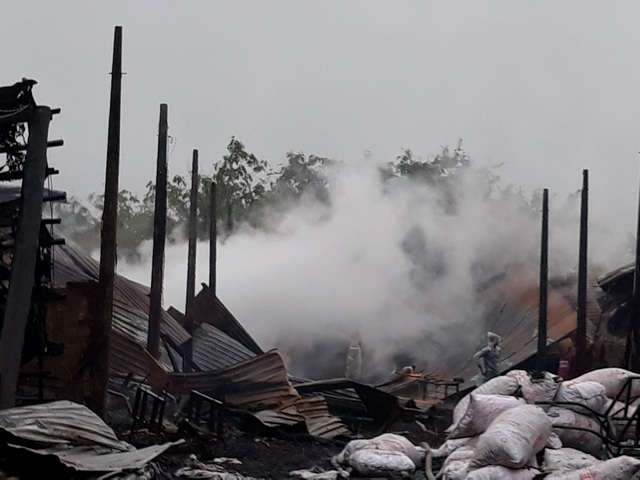 9 lò than bốc cháy ngùn ngụt trong cơn mưa lớn - 6