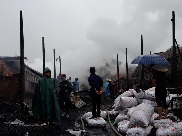 9 lò than bốc cháy ngùn ngụt trong cơn mưa lớn - 5