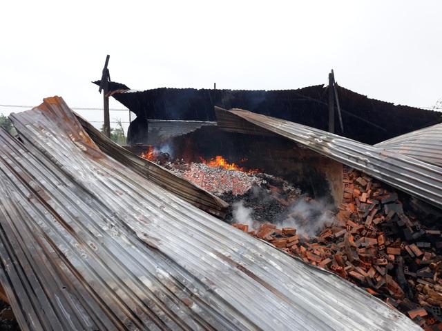 9 lò than bốc cháy ngùn ngụt trong cơn mưa lớn - 1