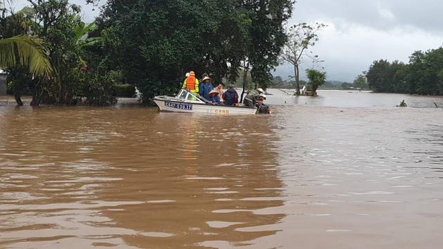 Đắk Lắk: Trên 400 nhà dân và 2.600 héc ta hoa màu bị chìm trong biển nước - 3