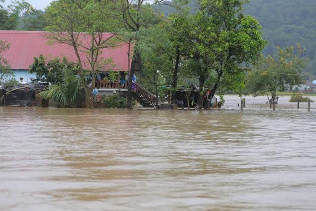 Đắk Lắk: Trên 400 nhà dân và 2.600 héc ta hoa màu bị chìm trong biển nước - 1