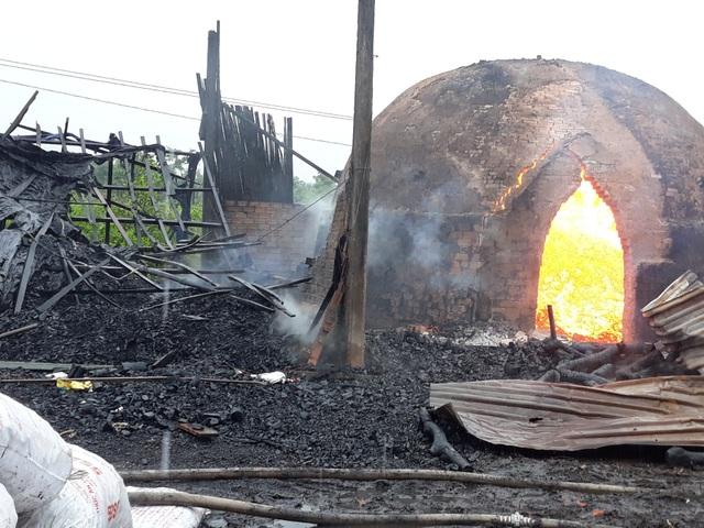 9 lò than bốc cháy ngùn ngụt trong cơn mưa lớn - 2