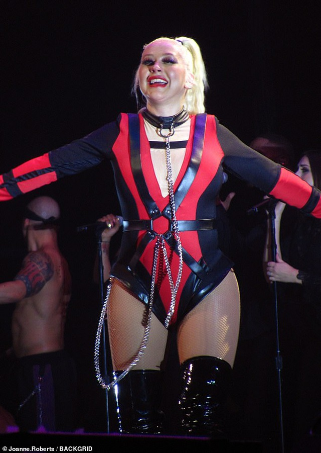 Christina Aguilera khoe dáng đẫy đà trên sân khấu - 5