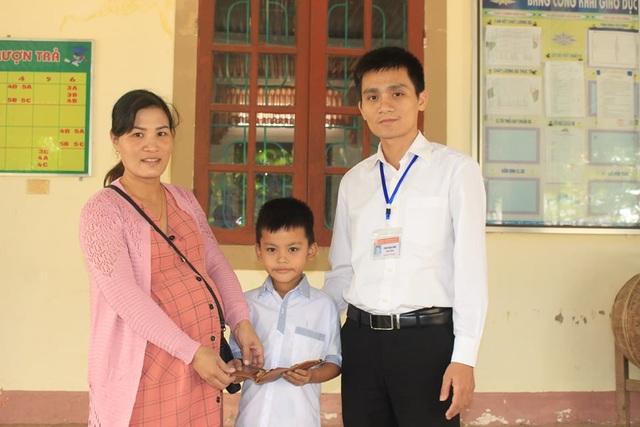 Nhặt được tài sản lớn, học sinh lớp 3 nhờ thầy cô tìm người trả lại - 1