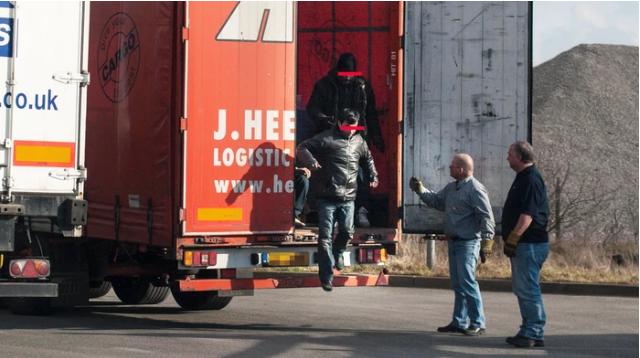 Chiêu bài dùng xe tải đưa di dân vào Anh của các băng đảng buôn người - 1