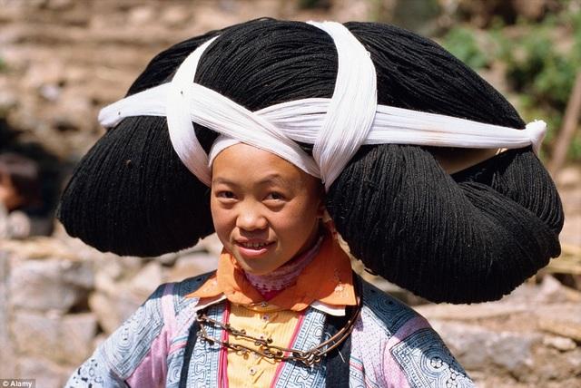 Nơi phụ nữ phải đội những bộ tóc siêu nặng do tổ tiên truyền lại - 1