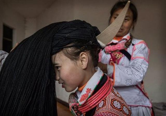 Nơi phụ nữ phải đội những bộ tóc siêu nặng do tổ tiên truyền lại - 3