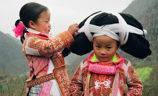 Nơi phụ nữ phải đội những bộ tóc siêu nặng do tổ tiên truyền lại - 5