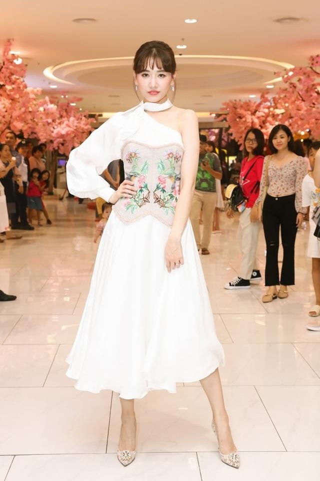 Đông Nhi thay ba bộ váy trong đám cưới - 9