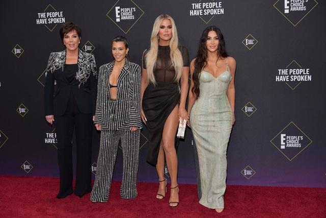 Kim Kardashian và các chị em mặc hở bạo - 1