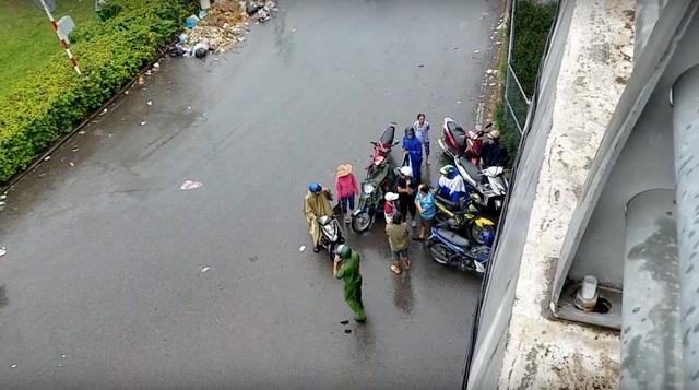 Nam sinh viên rơi từ cầu vượt cao gần 5m xuống đất - 1
