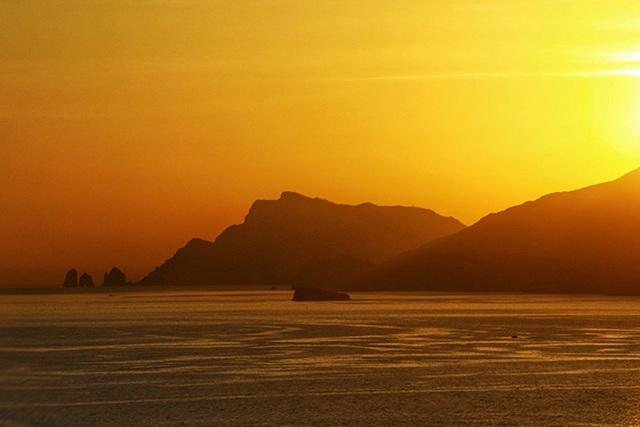 Ngắm cung đường biển, làng chài đẹp nhất thế giới qua ống kính Việt - 7