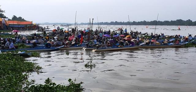 Hàng chục nghìn người dân đến xem đua ghe Ngo tại lễ hội Oóc Om Bóc - 5