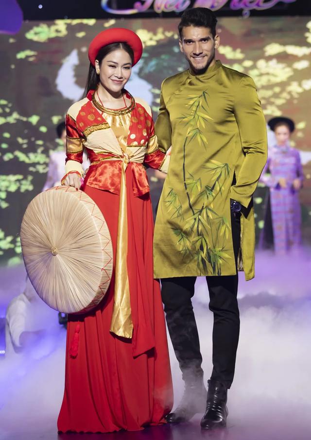 Lê Âu Ngân Anh tái xuất trên sàn catwalk cùng Hoa hậu Áo dài Tuyết Nga - 15