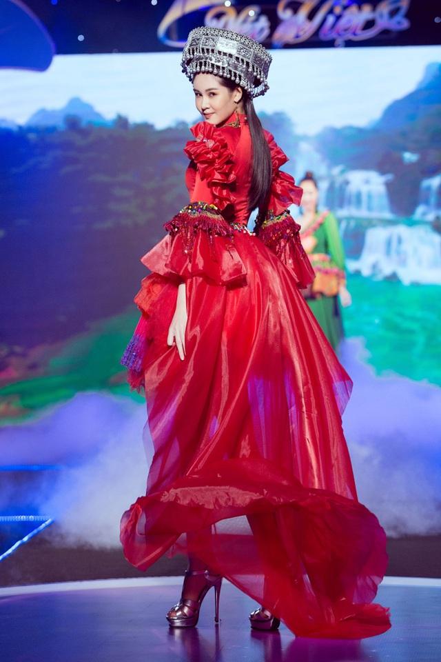 Lê Âu Ngân Anh tái xuất trên sàn catwalk cùng Hoa hậu Áo dài Tuyết Nga - 3