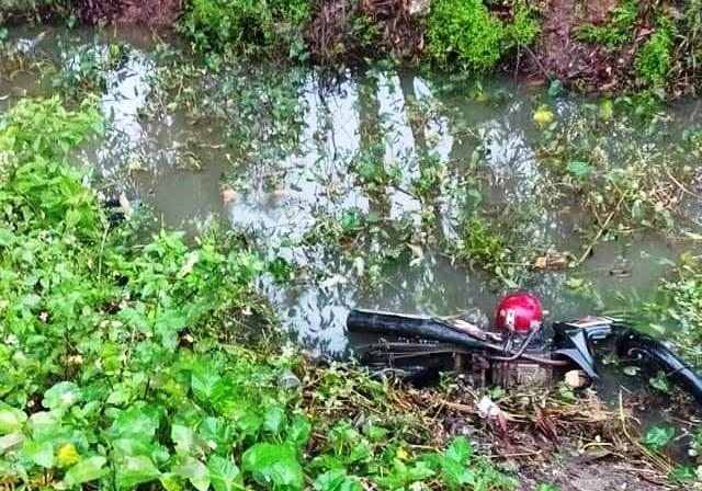 Nam công nhân chết cạnh chiếc xe máy dưới mương nước - 1