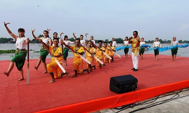 Hàng chục nghìn người dân đến xem đua ghe Ngo tại lễ hội Oóc Om Bóc - 1