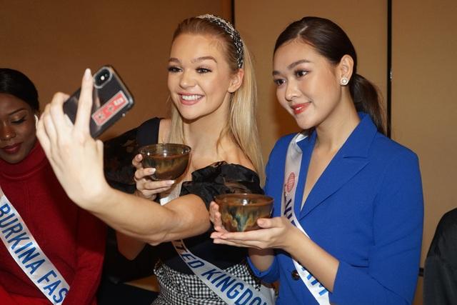 Tường San hé lộ váy dạ hội gợi cảm trước thềm chung kết Hoa hậu Quốc tế - 2