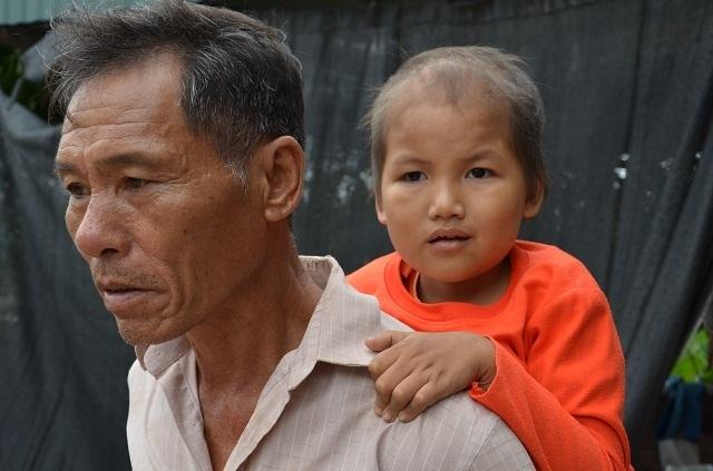 Vợ chồng nghèo đến cùng cực bán cả ruộng để cứu con - 7