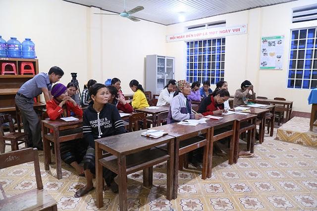 Những phụ nữ Vân Kiều U50 ngày lên rẫy, tối cắp sách đến trường - 5