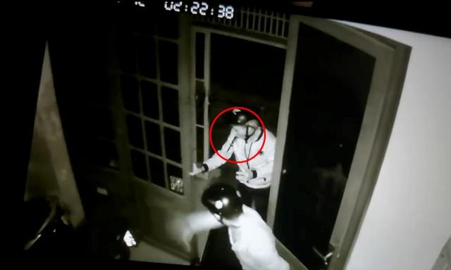 Băng trộm ngậm dao bấm trên miệng đột nhập nhà dân lấy 2 xe máy - 2