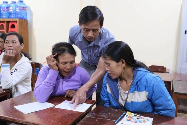 Những phụ nữ Vân Kiều U50 ngày lên rẫy, tối cắp sách đến trường - 4