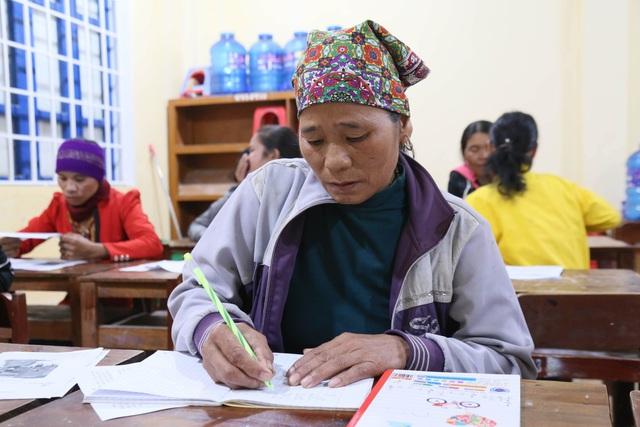 Những phụ nữ Vân Kiều U50 ngày lên rẫy, tối cắp sách đến trường - 2