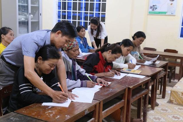 Những phụ nữ Vân Kiều U50 ngày lên rẫy, tối cắp sách đến trường - 3